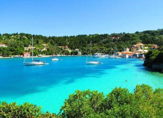 درفصل تابستان معمولا توجه گردشگران به یونان معطوف می گردد. زیرا محبوب ترین مقصد دریایی در اروپا محسوب می شود.یونان دارای 5000 جزیره می باشد.